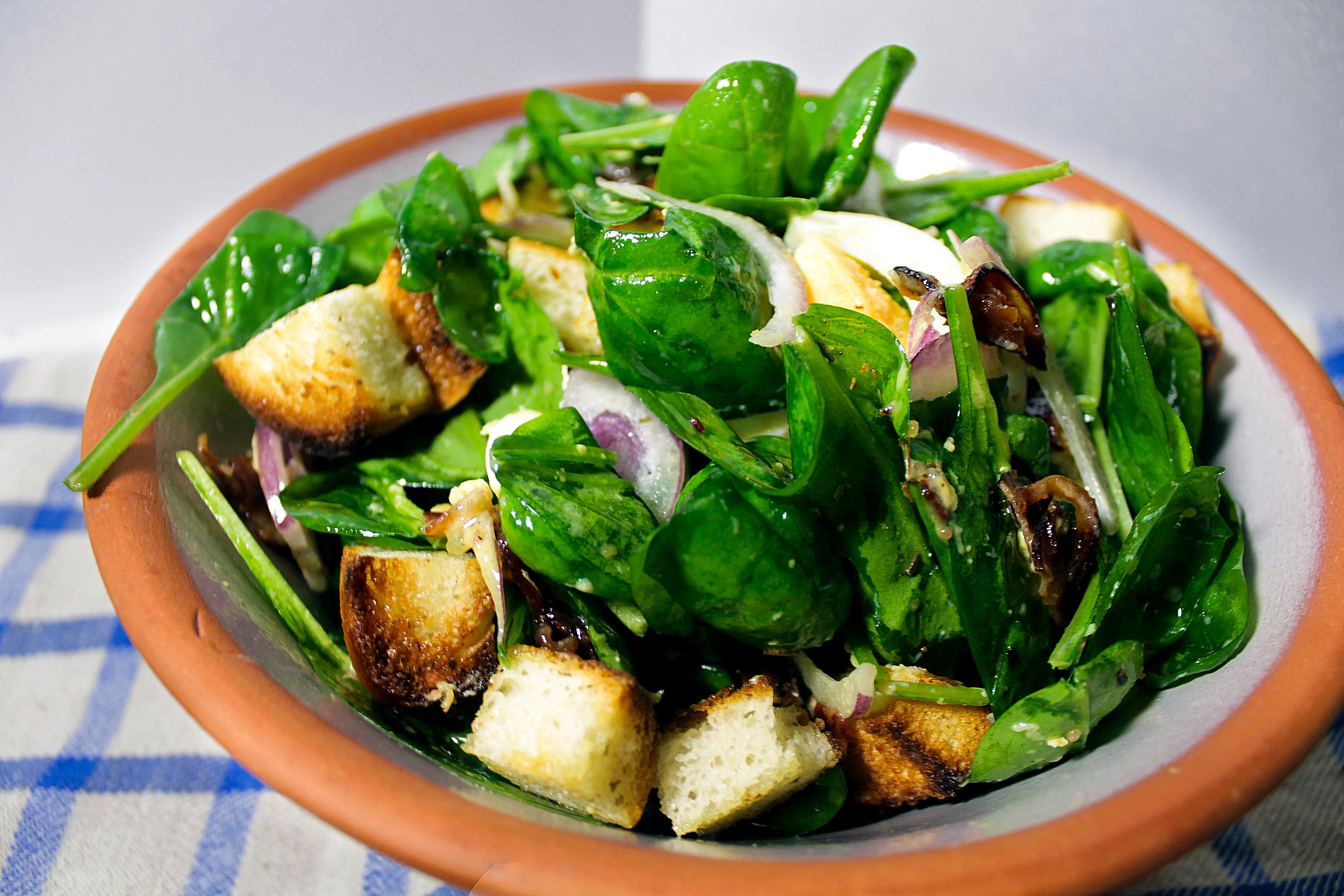 Špinatų salotos su traškia šonine (bacon'u)