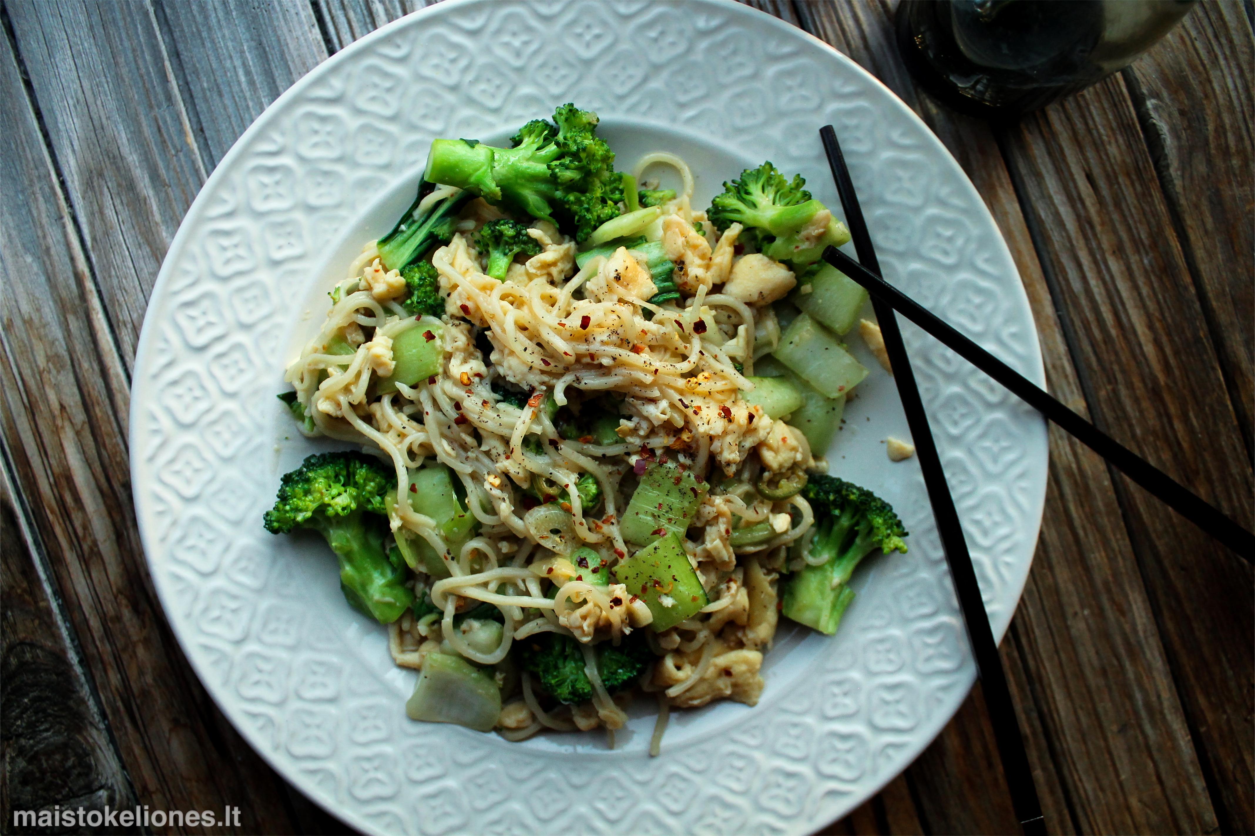 Azijietiški noodles'ai su daržovėmis ir tofu