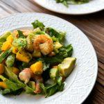krevečių salotos su mangais ir avokadais