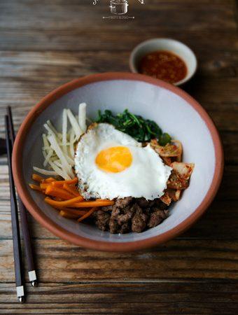 Korėjietiškas Bibimbap – ryžiai su karamelizuota jautiena ir daržovėmis