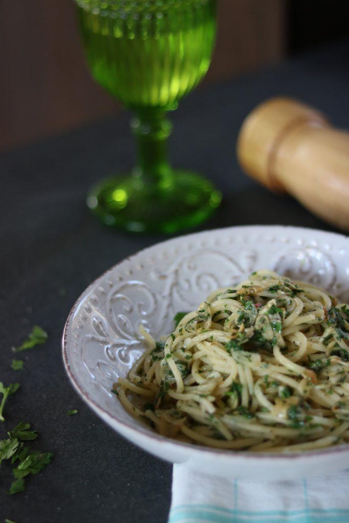 makaronai su česnakais ir petražolėmis