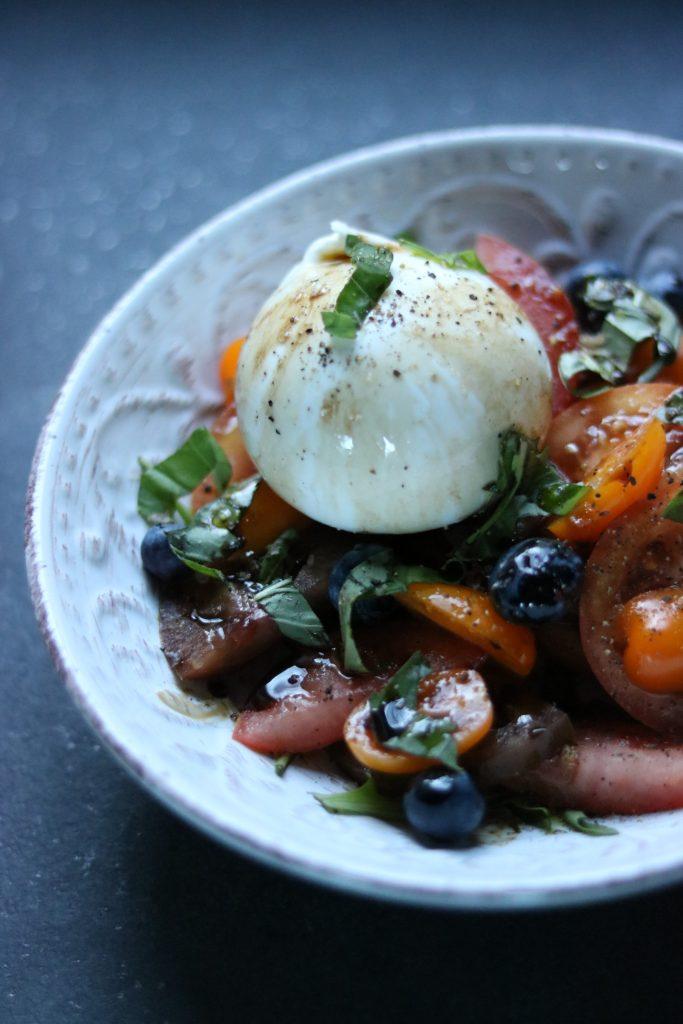 Pomidorų salotos su burrata ir šilauogėmis