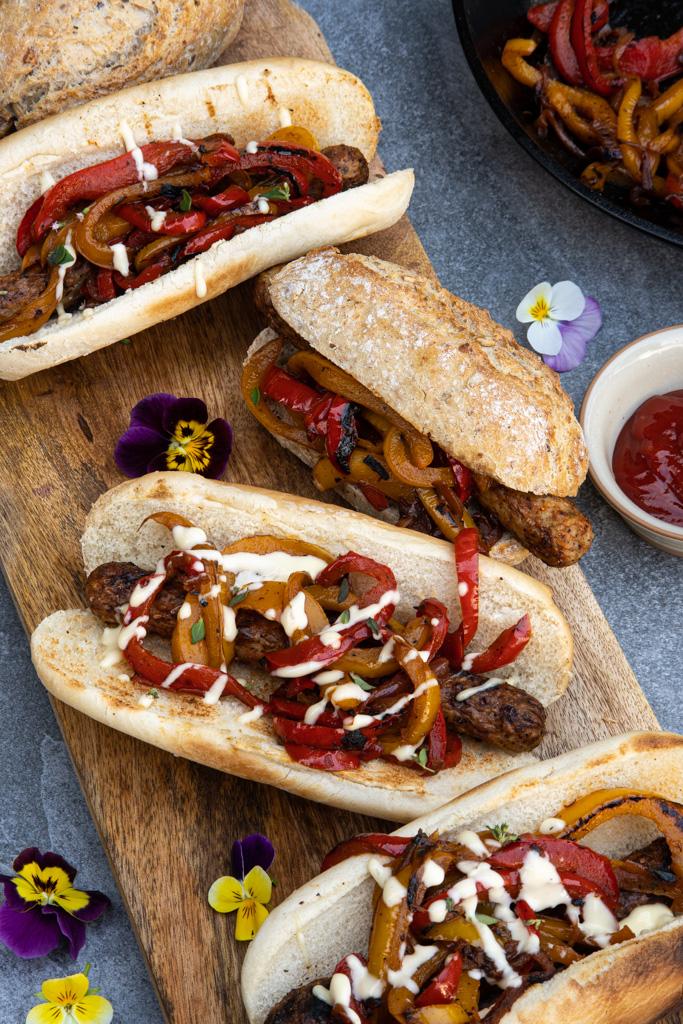 hotdogai - dešrainiai su karamelizuotais svogūnais ir paprikomis