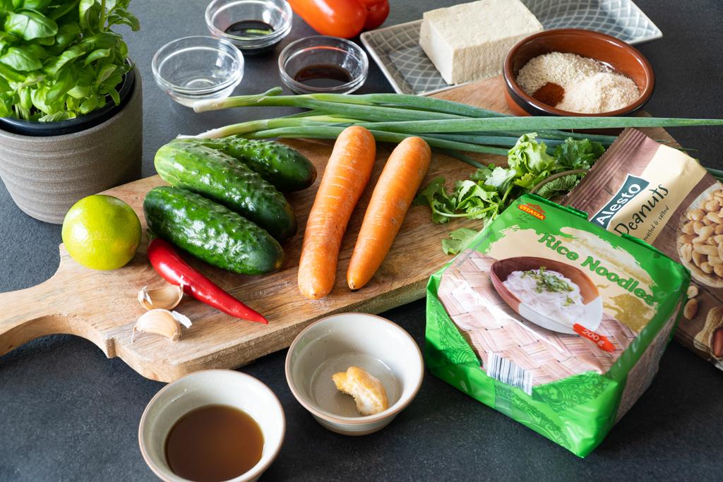 azijietiškos salotos su ryžių makaronais. Reikalingi ingredientai