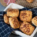 pasukų sausainiai su sūriu ir kumpiu